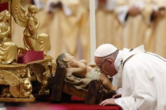 pope kisses baby jesus